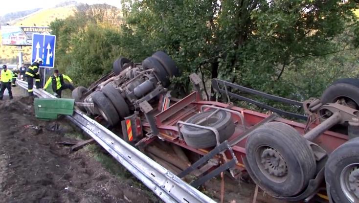 BALESET: Csak a fák akadályozták meg, hogy ne zuhanjon egy házra a 40 tonnás kamion