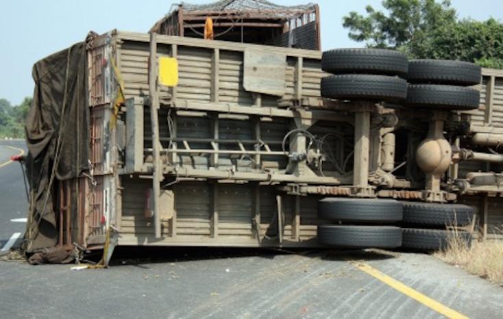 Faszállító kamion borult föl az R1-es gyorsforgalmin