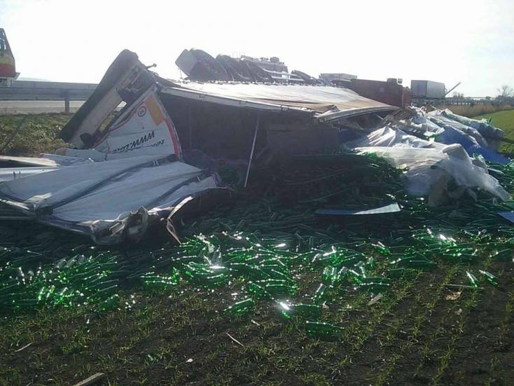 SÚLYOS BALESET: Eszeveszett csörömpölés és egy sérült kamionsofőr