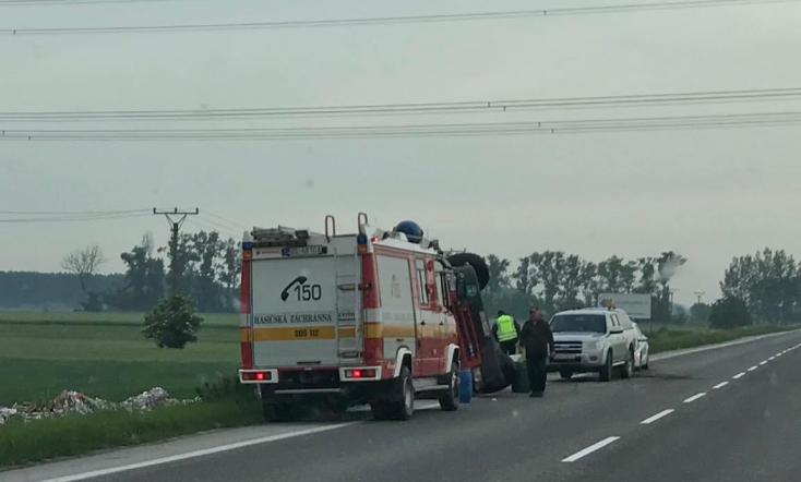 SÚLYOS BALESET: Kamion borult az árokba Nagymegyer közelében a 63-ason!