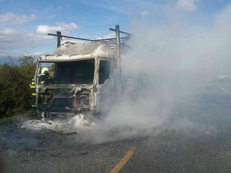 Kigyulladt egy kamion a Pozsony felé vezető D1-esen, lezárták