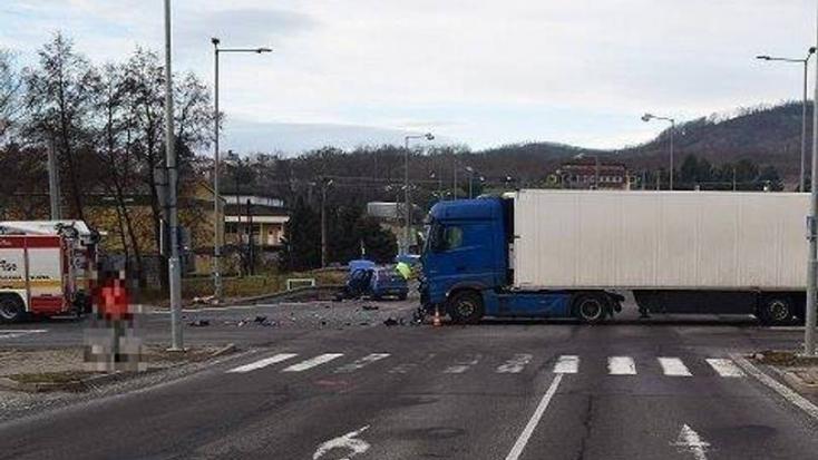 SÚLYOS BALESET: Felelőtlen kamionos talált telibe egy autót, egy kislányt mentőhelikopterrel szállítottak kórházba!