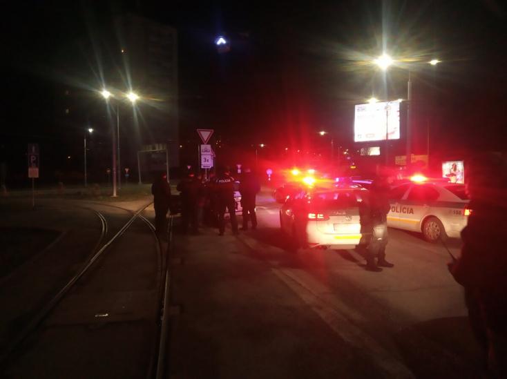 Benzinkúton molesztálta az embereket, majd elütött egy rendőrt - nyolc kocsi üldözte, végül kilőtték a kerekét!