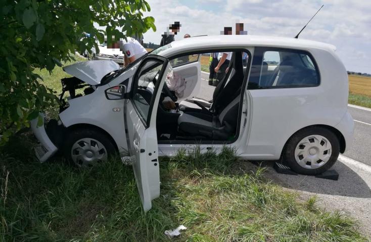 Fának csapódott egy személykocsi a 63-ason Nagymegyernél