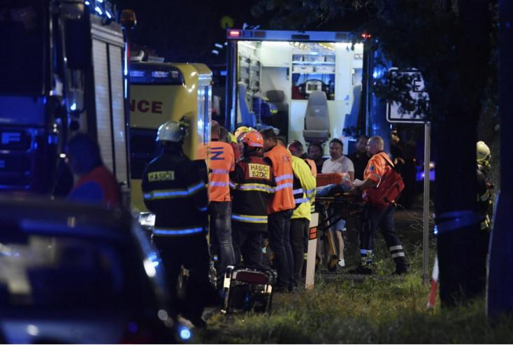 Személyvonat és tehervonat ütközött Prága közelében, egy ember meghalt, sokan megsérültek