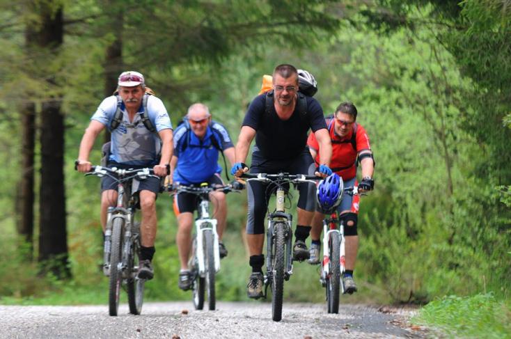 A 15 évesnél idősebb kerékpárosok nem kötelesek bukósisakot viselni