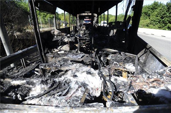 Kiégett egy busz az M1-es és az M7-es autópálya közös szakaszán