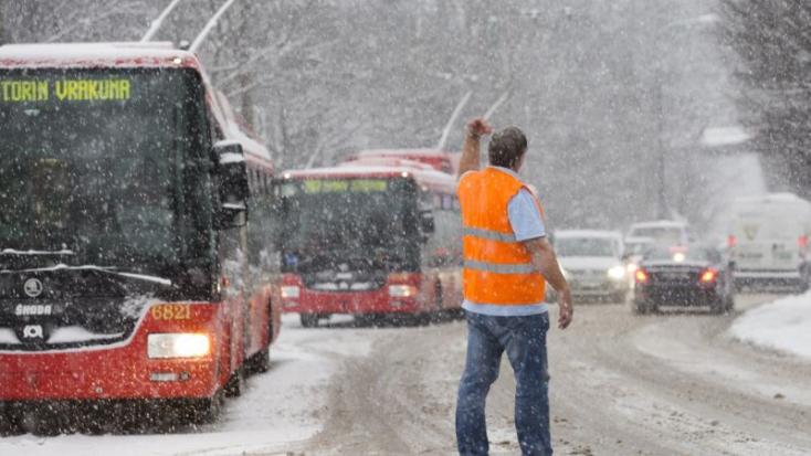 Rossz látási viszonyok, hótorlaszok és útjegesedés nehezítik a közlekedést