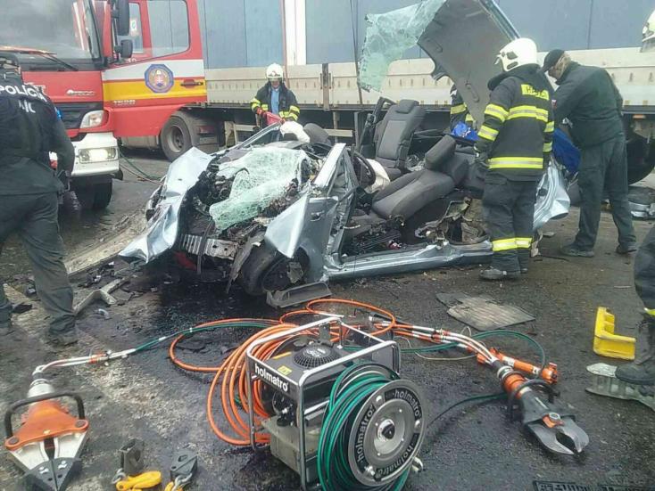 SÚLYOS BALESET: Egy taxi, egy furgon és egy kamion karambolozott, a csodával határos, hogy mindenki túlélte