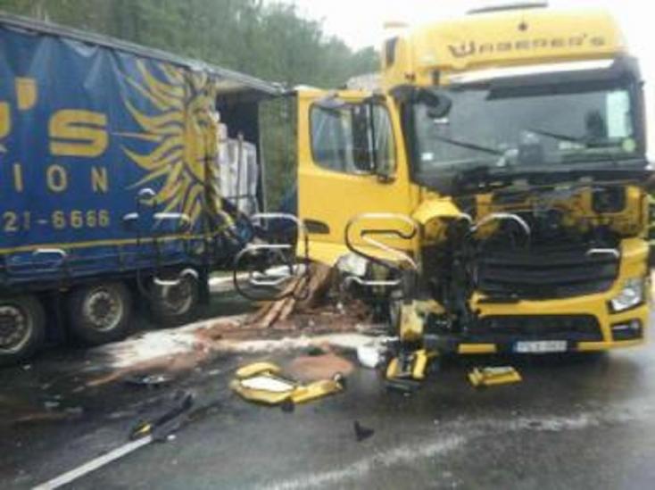 Három kamion ütközött össze a D2-es sztrádán