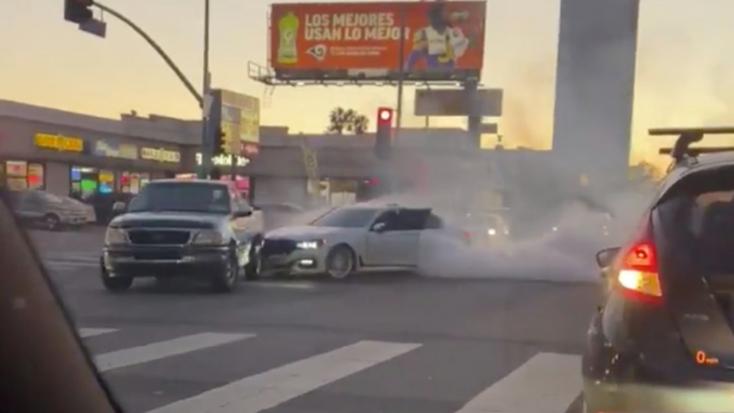 ŐRÜLT: Teljesen begőzölt a BMW sofőrje, szándékosan belehajtott a Fordba a forgalmas kereszteződésben – VIDEÓ