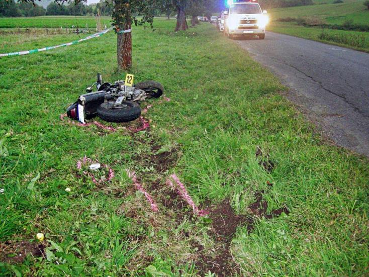 BORZALOM: Néhány méterre az otthonától vesztette életét a fiatal motoros