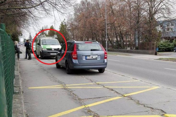 Lopott kocsi parkolt napok óta az egyik dunaszerdahelyi alapsulinál!