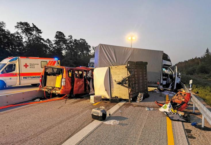 Szlovákiaiak szenvedtek balesetet Németországban - meglepő, mi került elő a pótkocsiból