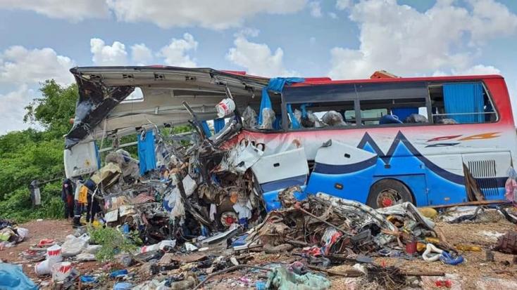 Brutális baleset: Szétszakította a teherautó abusz elejét a frontális karambolban, 41-en meghaltak