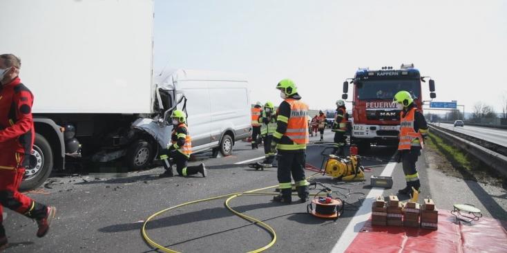Kamionba rohant és meghalt egy magyar autósAusztriában (videó)