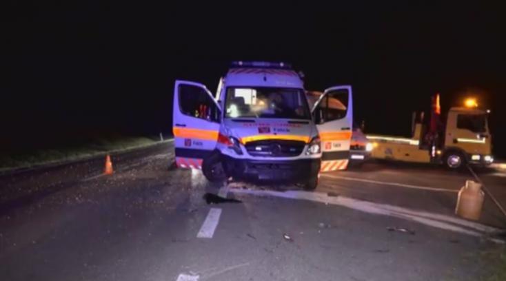 Beteget szállító mentőautóval ütköztek a fiatalok