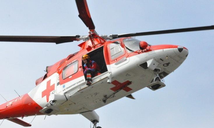 BALESET: Fának ütközött egy autó, mentőhelikoptert is riasztottak a légi útra
