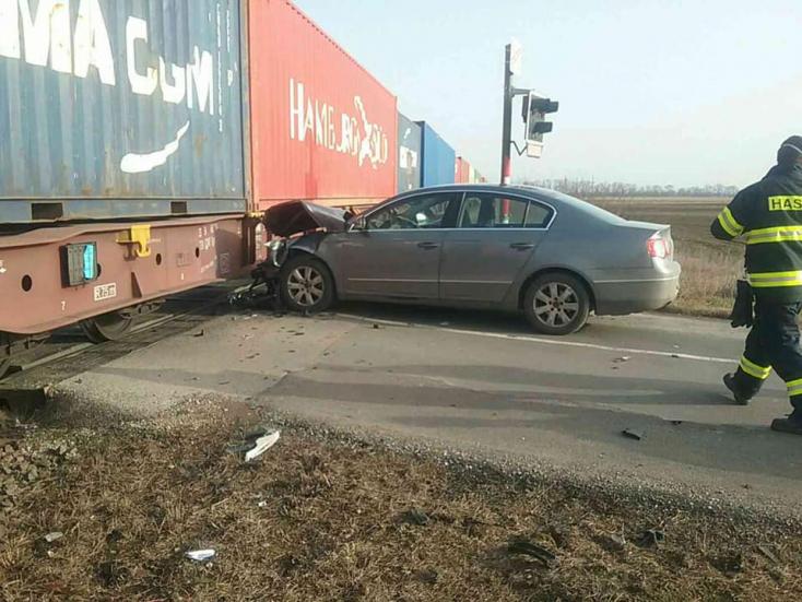 BALESET: Kiugrott a sofőr a kocsijából, mielőtt ütközött a Metrans szerelvényével
