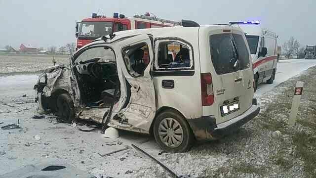 BALESET: Frontálisan ütközött két autó a behavazott úton (FOTÓK)