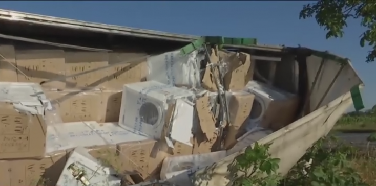 Új mosógépeket szállított a Nyárasdnál árokba borult kamion