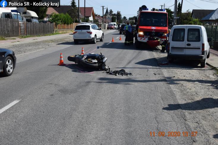 BALESET: Kihajtott egy kocsi a motoros elé, aki emiatt súlyosan megsérült!