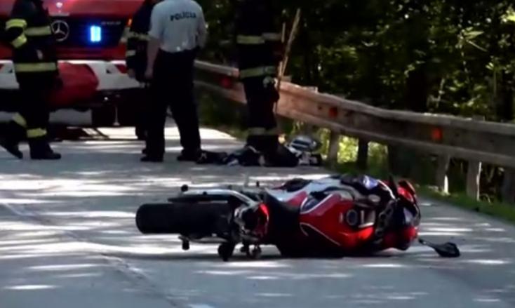 BALESET: Motoros repült át a szalagkorláton, súlyosan megsérült