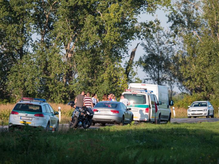 SÚLYOS BALESET: Motoros ütközött személyautóval Nagyudvarnok és Dunatőkés között