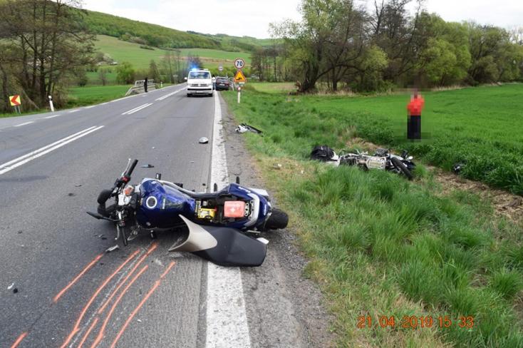 Két motorosnak sikerült összecsavarodnia egy járműoszlopban