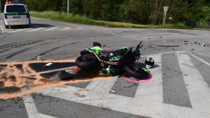 BALESET: Szalagkorlátnak csapódott a fiatal motoros