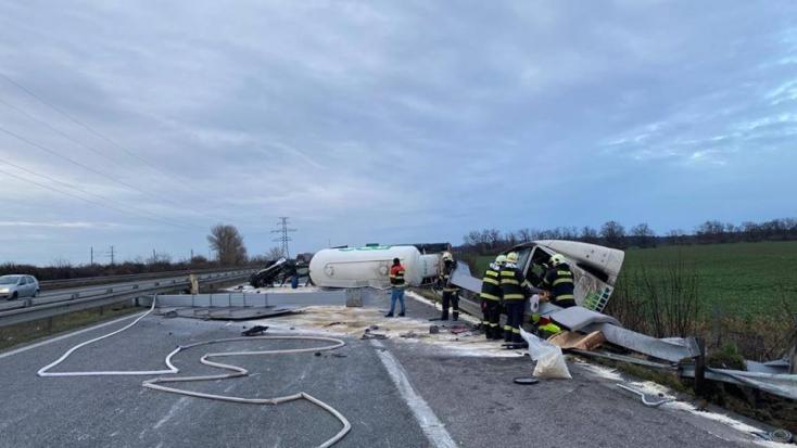 BALESET: Felborult egy kamion a szlovák-magyar határnál
