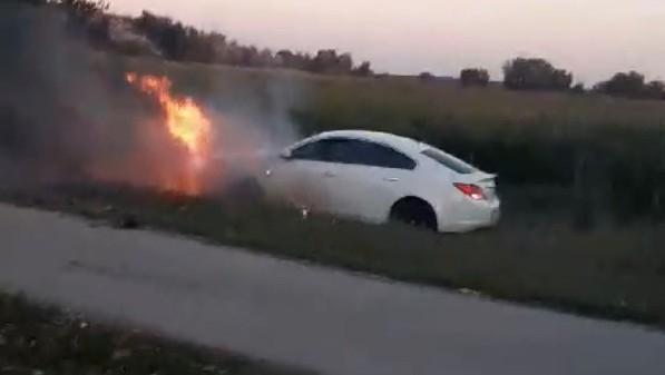 Rendőrök üldöztek Dunaszerdahelytől egy kocsit a 63-ason, Nagymegyer előtt kigyulladt