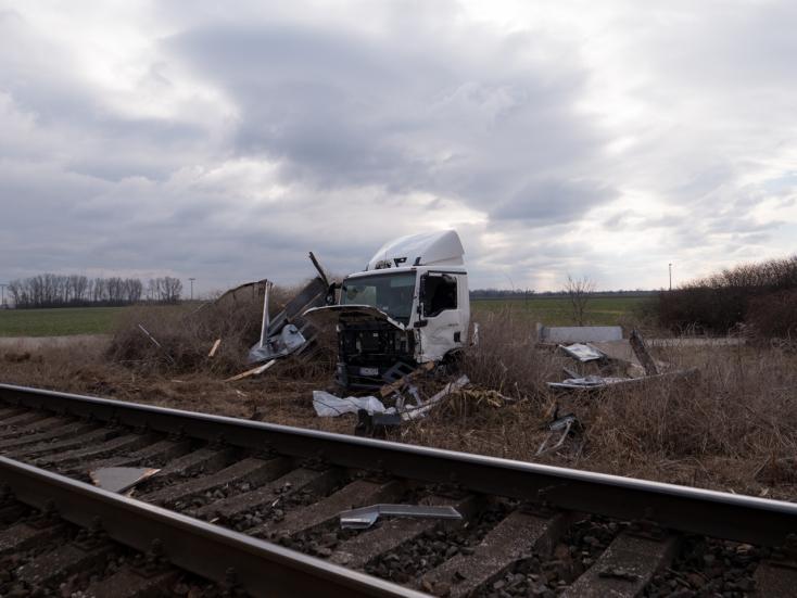 SÚLYOS BALESET: Kisteherautót sodort el a tehervonat Nagypakánál!