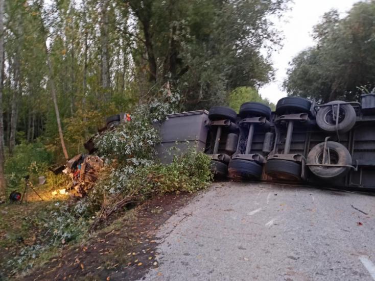 TRAGÉDIA: Kamion gyűrt maga alá egy személykocsit, 4 halott és 6 sérült Negyednél!