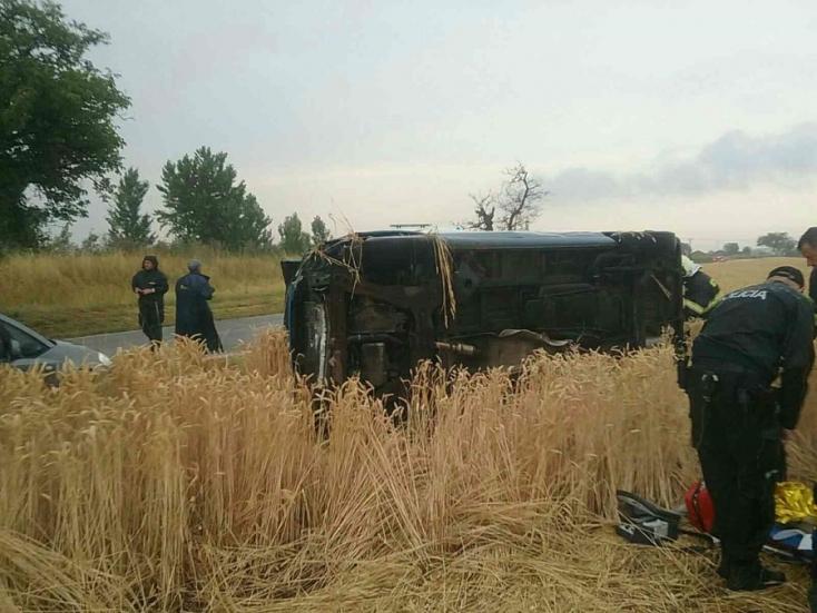 Két személyautó ütközött Szenc közelében, az egyik felborulva zuhant az árokba, mentőhelikopterre volt szükség