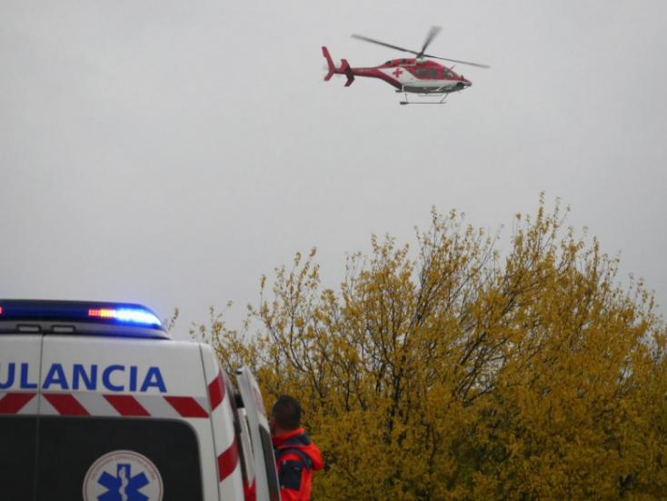 A 48 éves férfi frontálisan nekiütközött egy fának, mentőhelikopterrel sem tudtak segíteni rajta