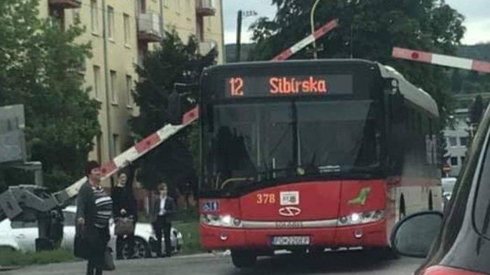 Leeresztett sorompók között rekedt az autóbusz, az utasok fejvesztve menekültek