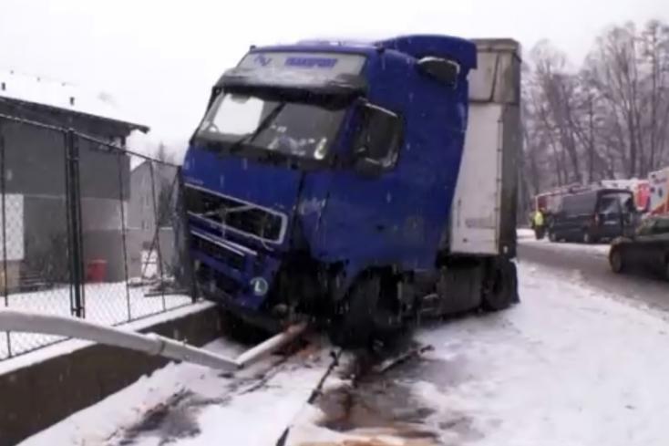 BALESET: Pillanatok választották el a postásnőt attól, hogy a betonkerítésnek préselje egy kamion
