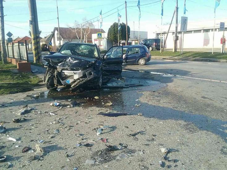 Négy autó ütközött össze Tardoskedd mellett, mentőhelikopterrel vitték el az egyik sérültet