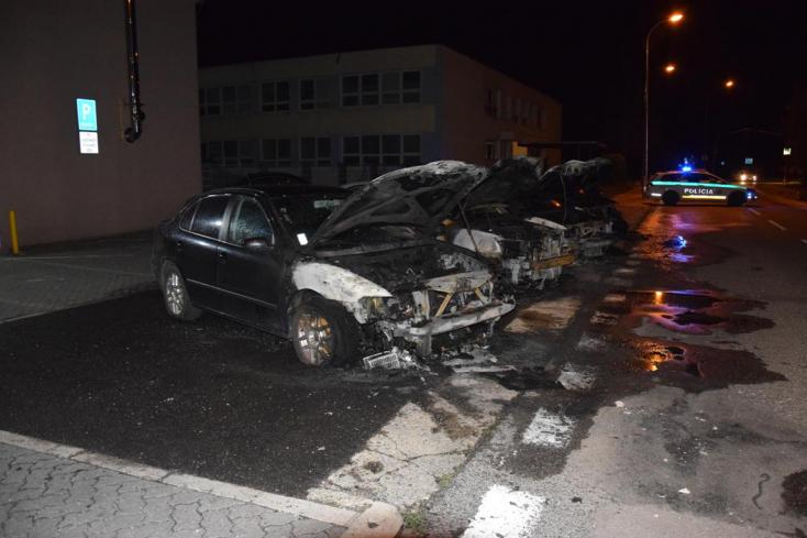 Négy autót gyújtottak fel egyetlen éjszaka alatt