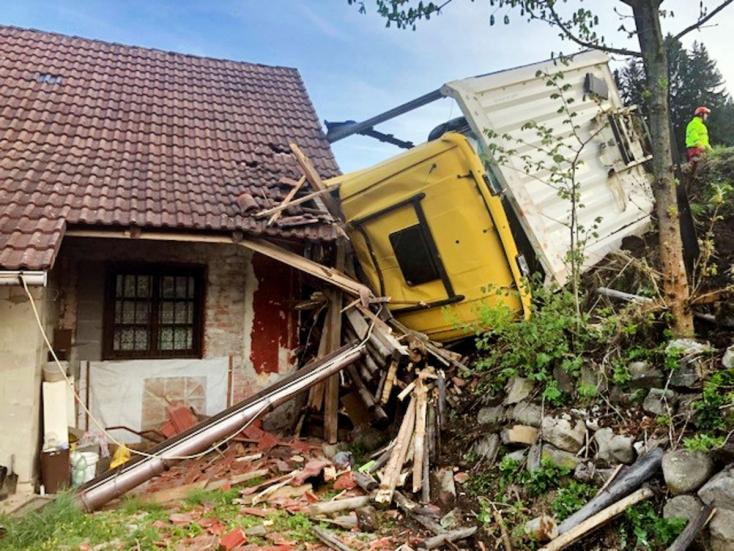 A ház falának csapódott a kamion pótkocsija, egy méter választotta el a kiságytól!