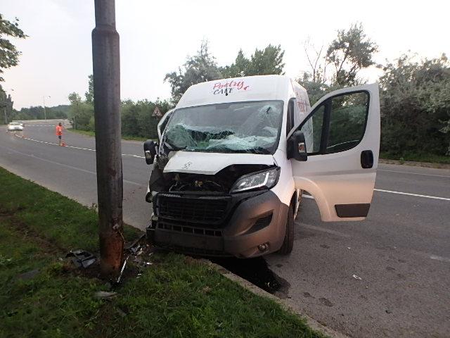 BALESET: Oszlopnak hajtott egy furgon Eperjesen