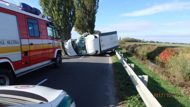 BALESET: Felborult egy teherautó Szap és Balony között