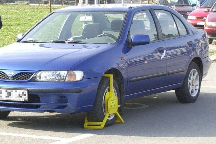 Agyő kerékbilincs? Eltűnhet a tilosban parkolók rémálma