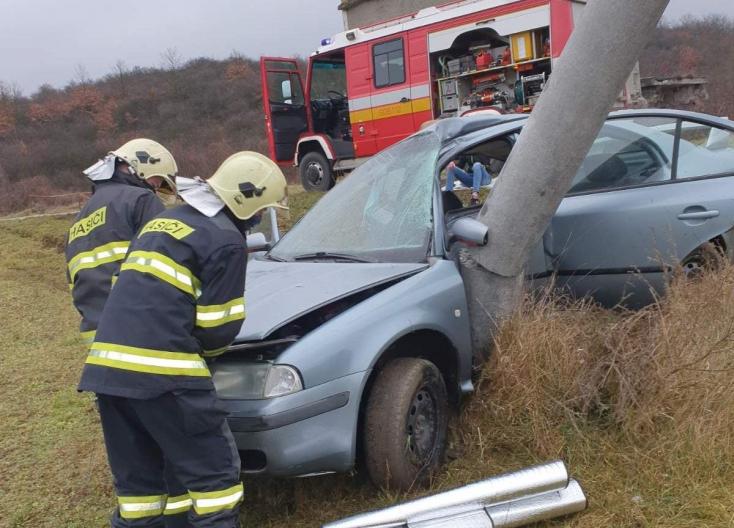 SÚLYOS BALESET: Hátborzongató látványt nyújt az autó, melyből a párkányi tűzoltók mentették ki a sofőrt
