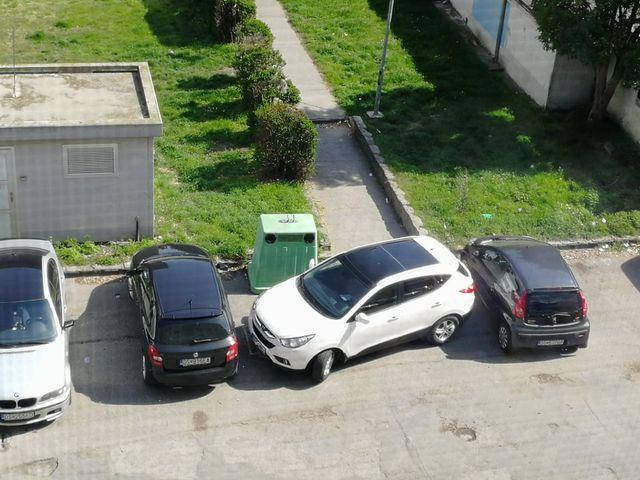 Mindig van lejjebb! Ahülyén parkolók között is...!