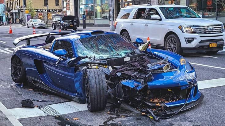 Így törte rommá egyedi luxuskocsiját a sofőr Manhattan utcáján – VIDEÓ