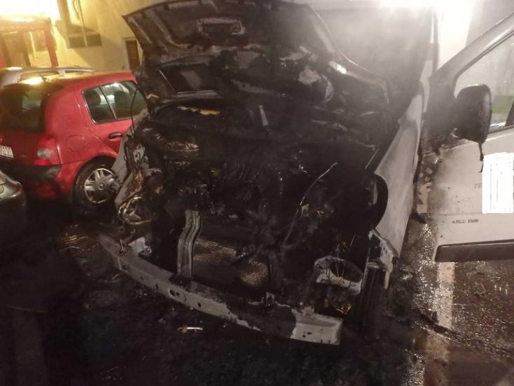 AUTÓTŰZ: Szándékosan gyújtottak fel a Vámbéry téren egy furgont