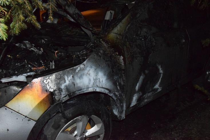 TŰZESET: Lángokban állt egy autó hajnalban