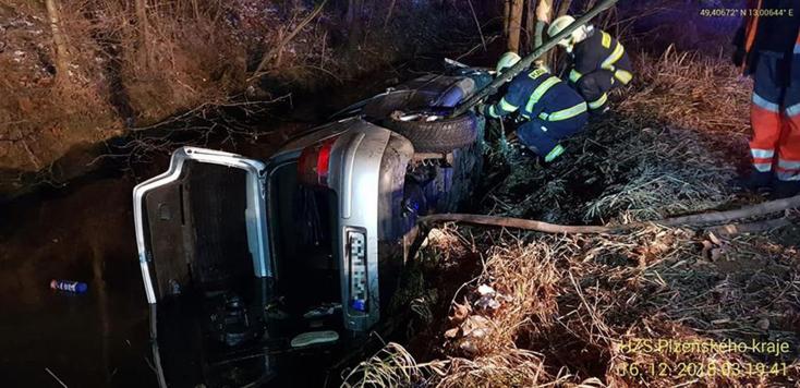 Borzalmas baleset! Hárman meghaltak, miután fának csapódott, majd patakba zuhant egy autó
